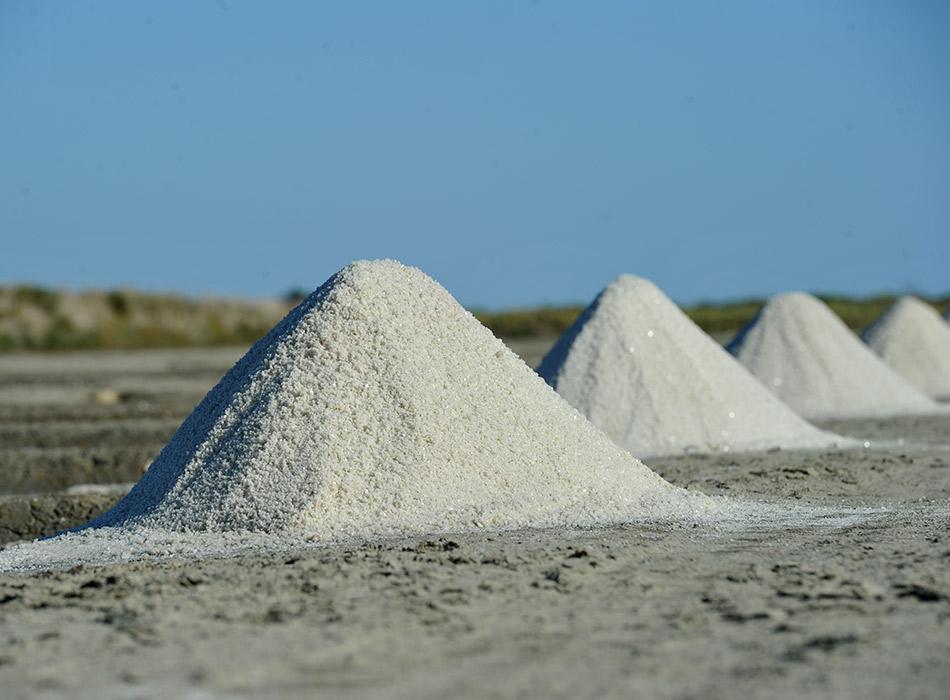Pyramide de gros sel au bord des marais salants